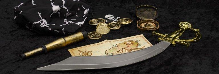 la imagen contiene una espada un mapa brujula monedas un pano para la cabeza y unos binoculares