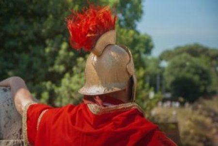 Es un soldado romano que esta de espaldas