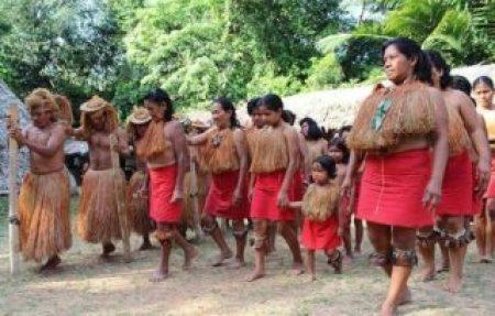 Es una tribu peruana de la Amazonica que estan marchando