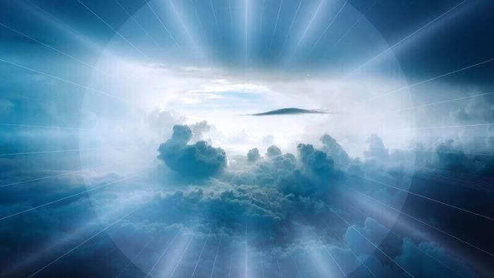 Es una vista del cielo azul con nubes