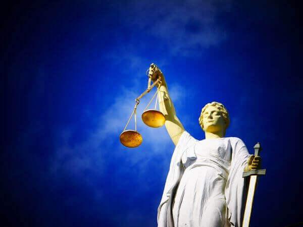 Es una estatua con una balanza en una mano y en la otra una espada simbolizando asi la justicia