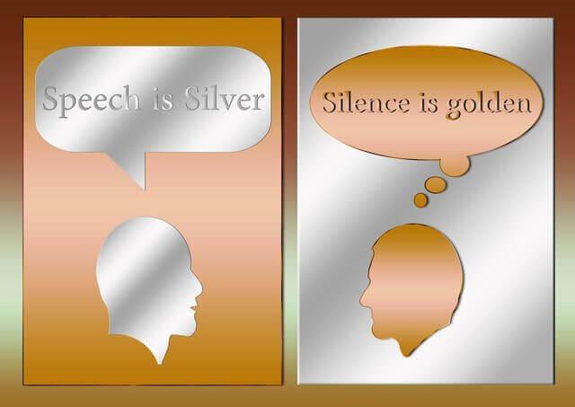 Son dos siluetas una de oro que dice el silencio es oro y la otra de plata y dice el hablar es plata