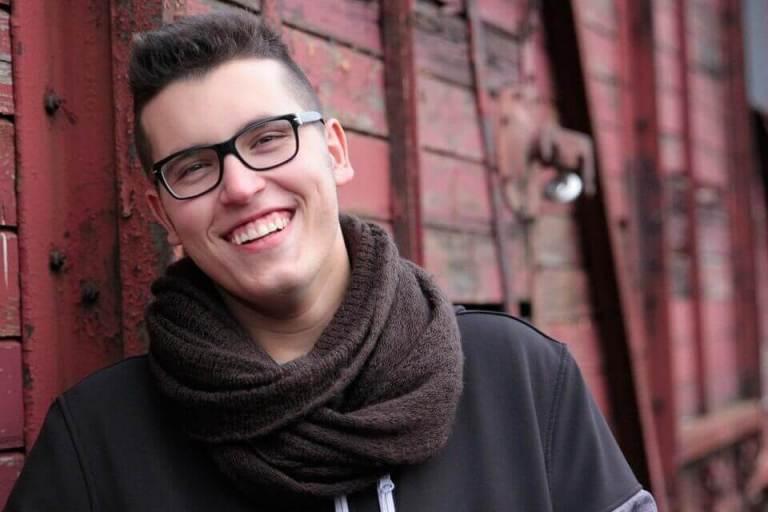 Es un joven que tiene una linda sonrisa