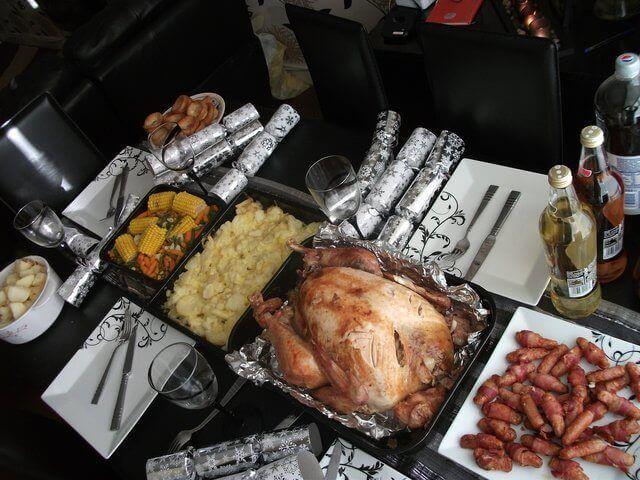 Es una mesa servida con los platillos suculentos del dia de Accion de Gracias