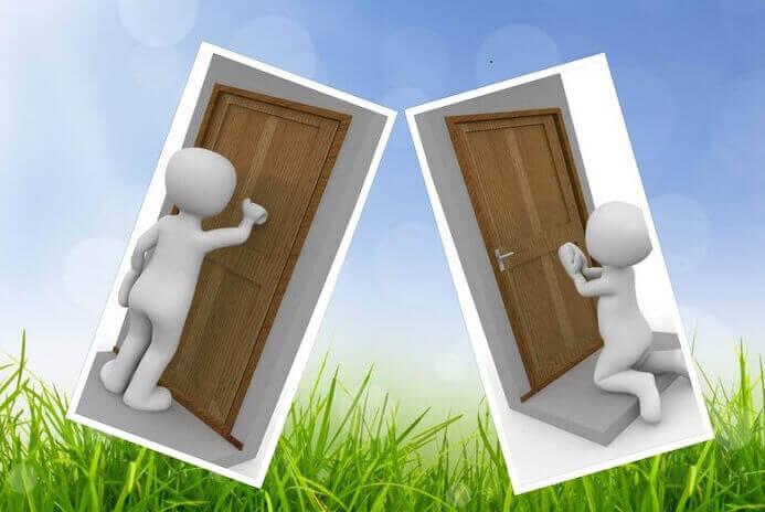 Es un collage de dos caricaturas una tocando la puerta y la otra incado implorando que se la abran