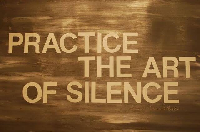 Es un rotulo en ingles que dice PRACTICA EL ARTE DEL SILENCIO
