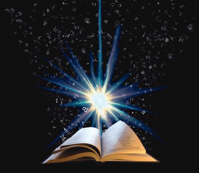 Es una Biblia abierta con una luz brillante