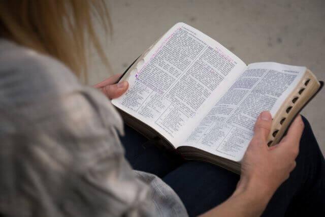 es una persona leyendo la Biblia