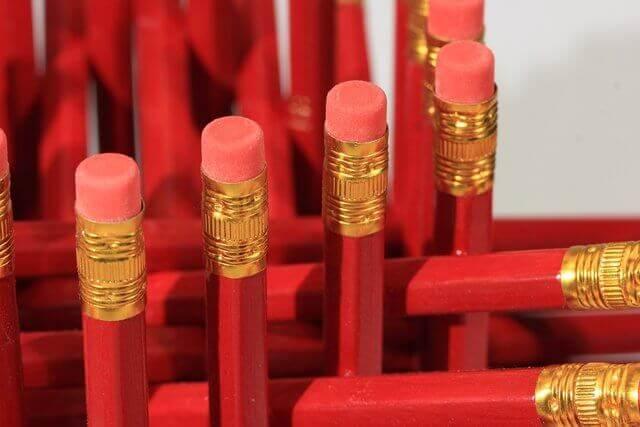 son varios lapices rojos