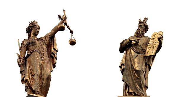 es una estatua de Moise y la otra de una mujer que simboliza justicia