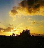 Sonnenuntergang über den Ruinen von Whitby Abbey/ engl. Ostküste (Foto: kuec)