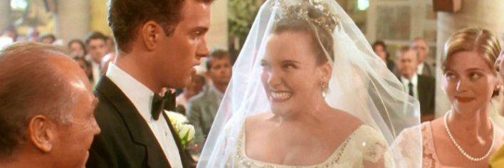 Toni Collette em O Casamento de Muriel é uma das noivas