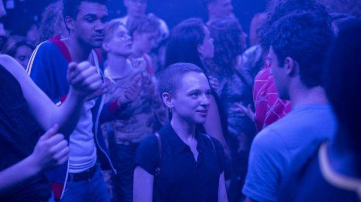 Esty (Shira Haas) numa boate dançando