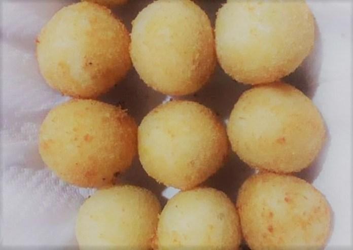 Bolinho de mandioca recheado com queijo mussarela
