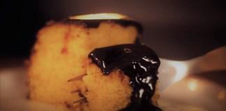 bolo de cenoura fofinho com calda de chocolate