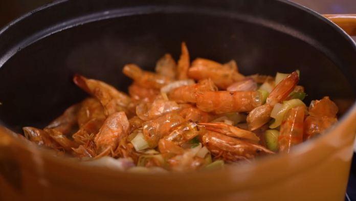 fazendo o caldo de camarão
