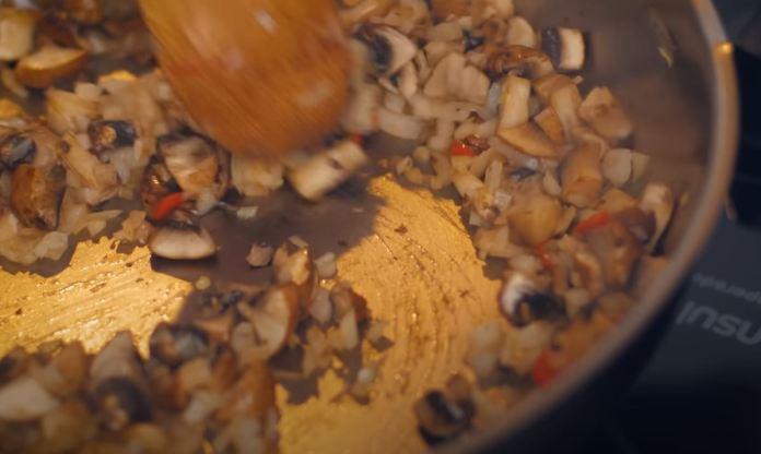 panela com cebola, pimenta e cogumelos