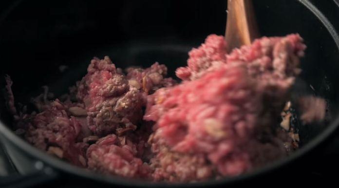 misturando a carne moída