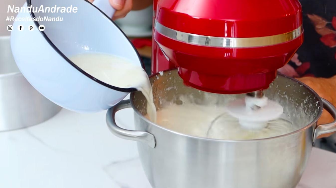 adicione a mistura do leite