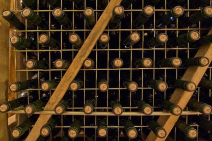 Bodegas Aragonesas botellas en jaulas metalicas