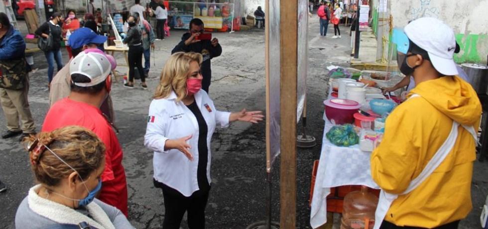 Tania Valentina recorre tianguis de Ciudad Chapultepec
