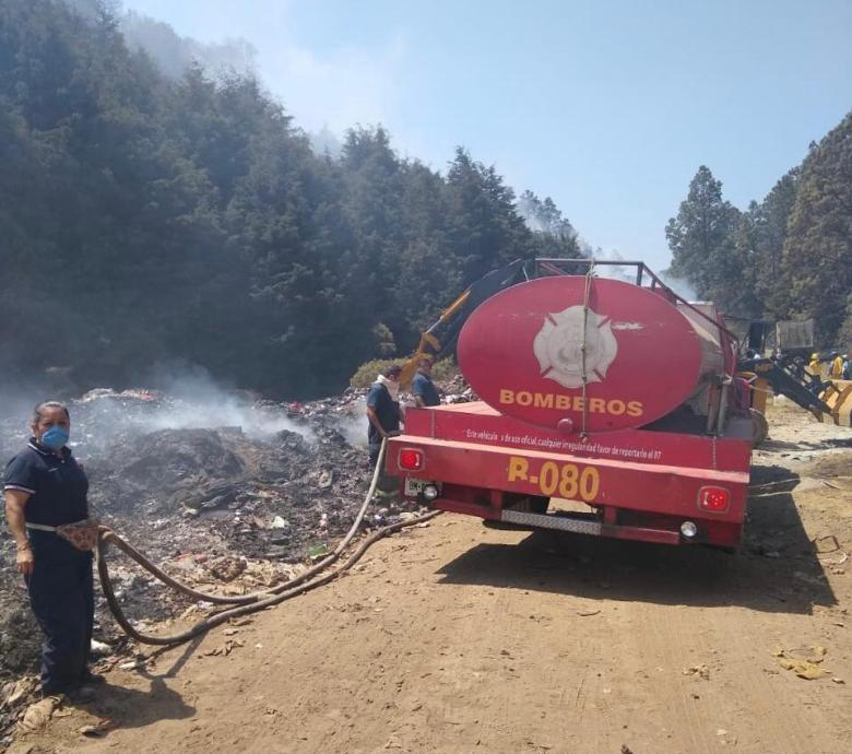 Participan bomberos de Cuernavaca en combate al incendio en basurero de Huitzilac