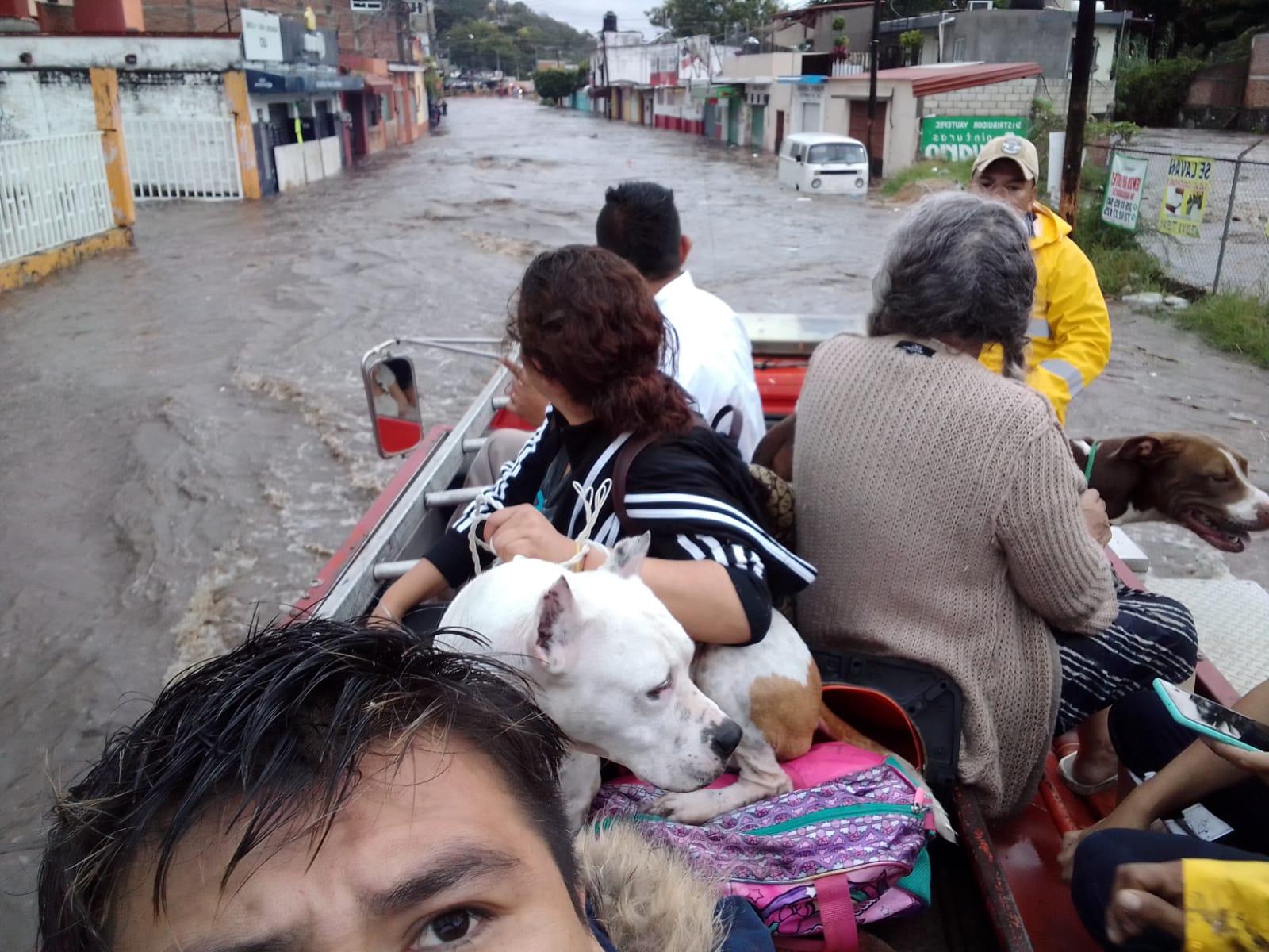 Una familia es rescatada de una casa inundada en Yautepec