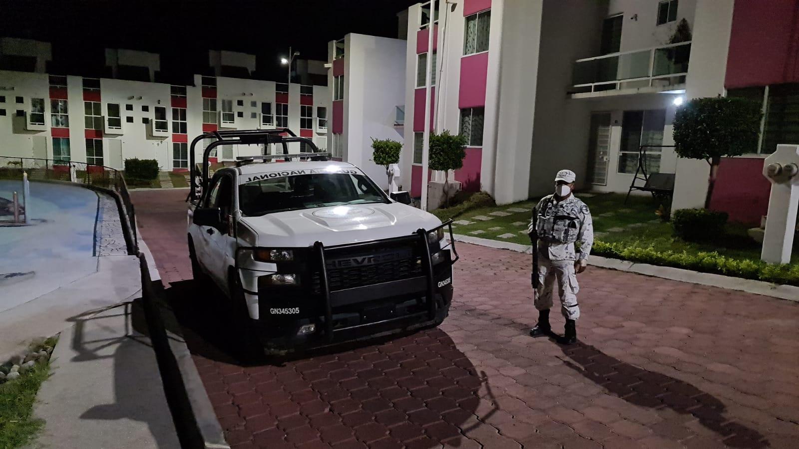 Elementos de la Guardia Nacional custodian el fraccionamiento en Jojutla en el que una familia de la Ciudad de México fue asesinada