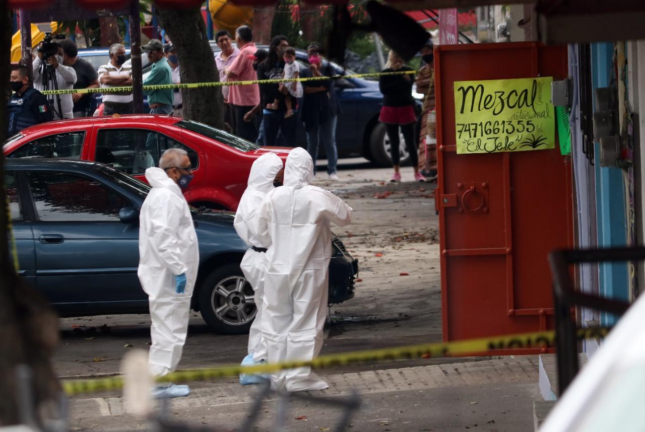 PEritos de la Fiscalía General del Estado levantan el cadáver de un activista asesinado en Morelos