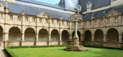 Le cloître des Carmes est aujourd'hui le monument le plus ancien de Sainte-Anne-d'Auray. Construit par les pères Carmes en 1641, il sépare la basilique de l'ancien couvent - JF Carvou