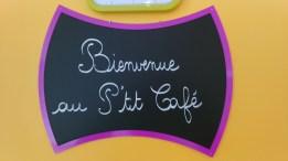 Photo du panneau d'accueil du petit café