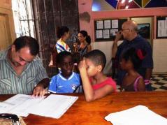 Inscribiendo a los niños en las clases en La Habana