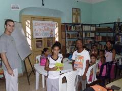 Recibindo clases de inglés en la Biblioteca de la Parroquia de San Judas