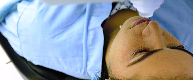 Operación de los ojos, con el procedimiento SMILE.