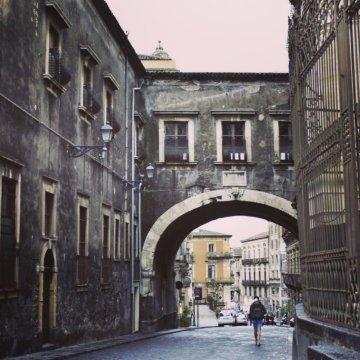 Via Crociferi e la Leggenda dell'Arco di San Benedetto