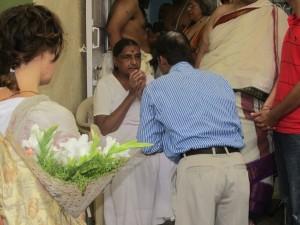 Geeta Iyengat saluta le persone intervenute alla puja