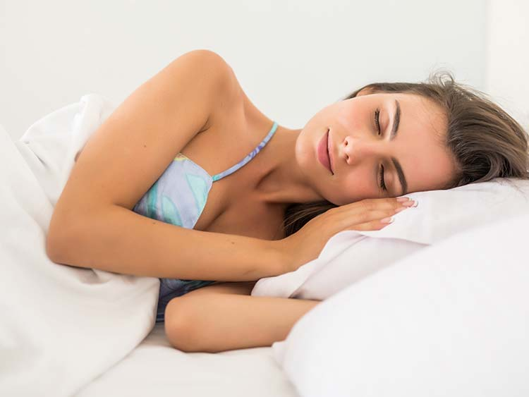 Mujer durmiendo placidamente en su colchón nuevo