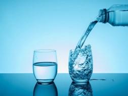 Porównanie wody jonizowanej w domu do wody butelkowanej