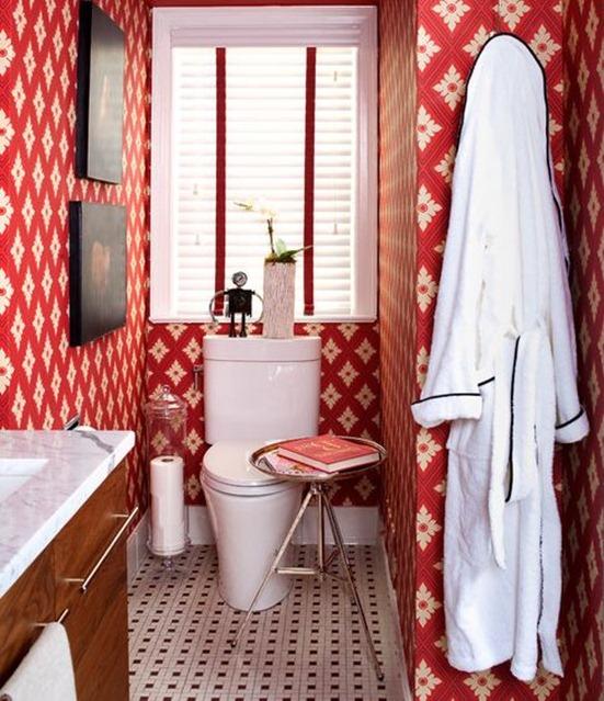 Elegant red wallpaper in bathroom
