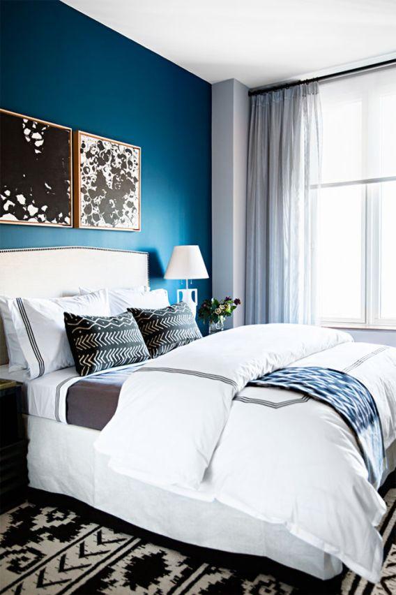 ropa de cama de hotel con cojines decorativos