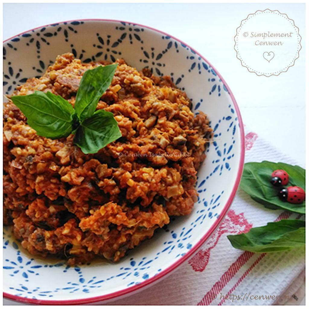 Sauce bolognaise végétarienne, recette facile, rapide et délicieuse ! Sauce à base de tomates, de champignons et de steaks végétaux au boulgour ou soja ♥