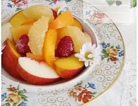 Salade de fruits d'été au sirop léger de gingembre