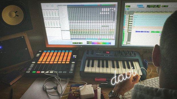 Cepeda compartiendo momentos en el estudio de grabación junto a David Santisteban
