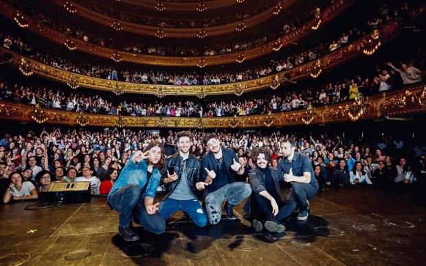 Cepeda y toda su banda en la foto de grupo del concierto del Gran Teatre del Liceu