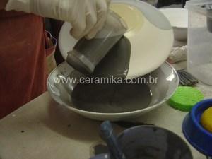esmaltação de pratos em ceramica