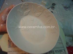 peça em porcelana com decoração em relevo