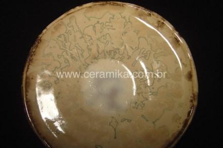 cristais no prato em ceramica