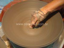 torneando um grande bowl em argila