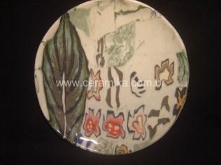 porcelana colorida no prato com decoração nerikomi