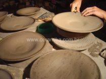 acabamento manual de pratos em argila